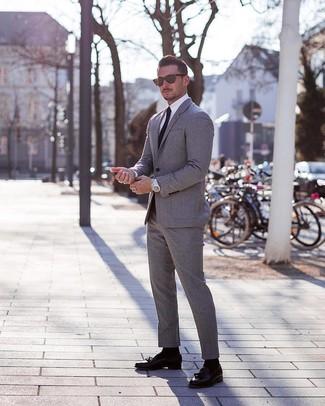 Cómo combinar: corbata negra, mocasín con borlas de cuero negro, camisa de vestir blanca, traje gris