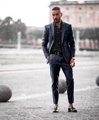 Cómo combinar: correa de cuero negra, mocasín con borlas de cuero negro, camisa de vestir negra, traje azul marino