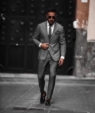 Combinar un pañuelo de bolsillo en gris oscuro: Intenta ponerse un traje en gris oscuro y un pañuelo de bolsillo en gris oscuro para una vestimenta cómoda que queda muy bien junta. Con el calzado, sé más clásico y elige un par de mocasín con borlas de cuero negro.
