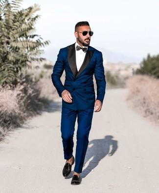 Cómo combinar: corbatín negro, mocasín con borlas de cuero negro, camisa de vestir blanca, traje azul marino