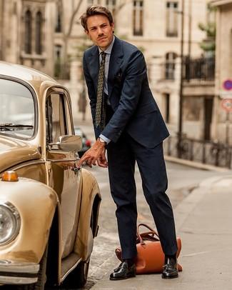 Combinar unos calcetines en marrón oscuro: Empareja un traje de rayas verticales azul marino junto a unos calcetines en marrón oscuro para una vestimenta cómoda que queda muy bien junta. Dale un toque de elegancia a tu atuendo con un par de mocasín con borlas de cuero en marrón oscuro.