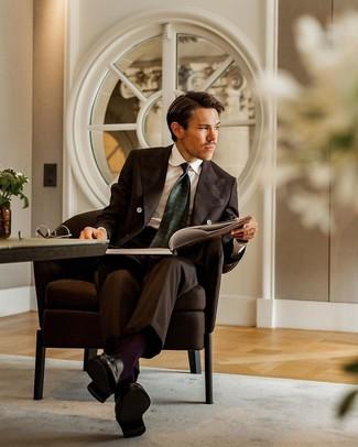 Cómo combinar: corbata estampada verde oscuro, mocasín con borlas de cuero negro, camisa de vestir blanca, traje en marrón oscuro
