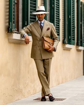 Cómo combinar: portafolio de cuero marrón claro, mocasín con borlas de ante en marrón oscuro, camisa de vestir de rayas verticales celeste, traje marrón claro