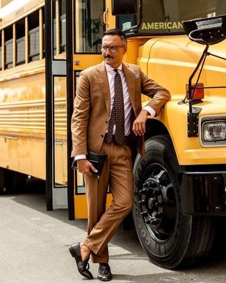 Cómo combinar: bolso con cremallera de cuero negro, mocasín con borlas de cuero en marrón oscuro, camisa de vestir de rayas verticales rosada, traje marrón claro