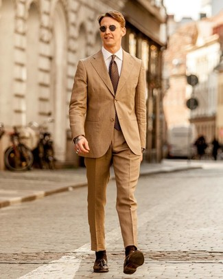 Cómo combinar: corbata a lunares marrón, mocasín con borlas de cuero en marrón oscuro, camisa de vestir blanca, traje marrón claro