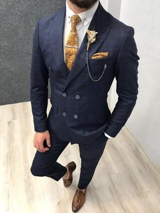 Outfits hombres: Ponte un traje a cuadros azul marino y una camisa de vestir blanca para rebosar clase y sofisticación. Completa el look con mocasín con borlas de cuero marrón.