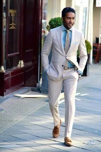 Combinar un pañuelo de bolsillo: Ponte un traje de lino en beige y un pañuelo de bolsillo para un almuerzo en domingo con amigos. ¿Por qué no ponerse mocasín con borlas de ante marrón claro a la combinación para dar una sensación más clásica?