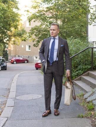 Outfits hombres estilo elegante: Considera ponerse un traje en gris oscuro y una camisa de vestir celeste para rebosar clase y sofisticación. ¿Quieres elegir un zapato informal? Complementa tu atuendo con mocasín con borlas de cuero marrón para el día.