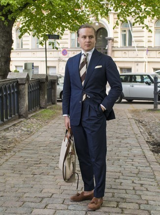 Outfits hombres estilo elegante: Intenta ponerse un traje azul marino y una camisa de vestir blanca para rebosar clase y sofisticación. Si no quieres vestir totalmente formal, completa tu atuendo con mocasín con borlas de ante marrón.