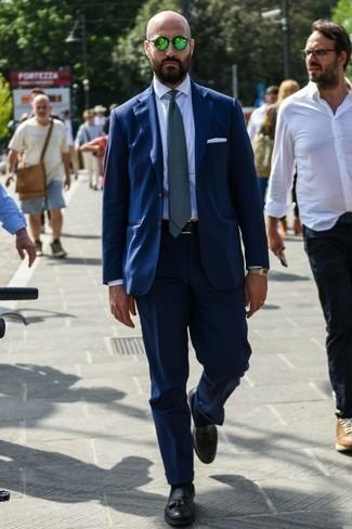 Combinar un mocasín con borlas: Equípate un traje azul marino con una camisa de vestir blanca para rebosar clase y sofisticación. ¿Te sientes valiente? Completa tu atuendo con mocasín con borlas.