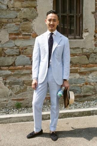 Combinar un traje de rayas verticales celeste: Opta por un traje de rayas verticales celeste y una camisa de vestir blanca para un perfil clásico y refinado. Mocasín con borlas de ante negro son una opción grandiosa para completar este atuendo.
