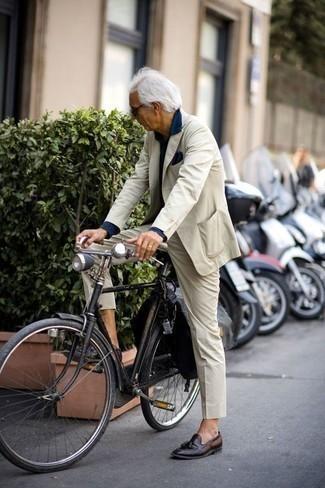 Combinar un pañuelo de bolsillo azul marino: Elige un traje en beige y un pañuelo de bolsillo azul marino para conseguir una apariencia relajada pero elegante. Mocasín con borlas de cuero en marrón oscuro son una forma sencilla de mejorar tu look.