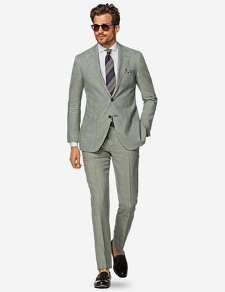 Combinar un mocasín con borlas de cuero negro en clima cálido: Accede a un refinado y elegante estilo con un traje en verde menta y una camisa de vestir blanca. Mocasín con borlas de cuero negro darán un toque desenfadado al conjunto.