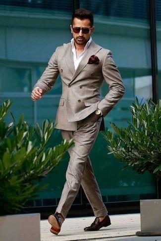Moda para hombres de 30 años estilo elegante: Emparejar un traje gris junto a una camisa de vestir blanca es una opción estupenda para una apariencia clásica y refinada. Si no quieres vestir totalmente formal, elige un par de mocasín con borlas de cuero burdeos.