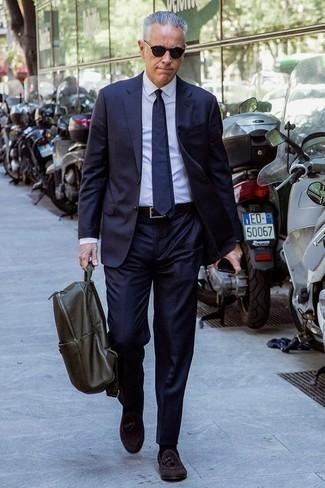 Combinar una mochila de cuero verde oliva: Considera ponerse un traje azul marino y una mochila de cuero verde oliva para conseguir una apariencia relajada pero elegante. Elige un par de mocasín con borlas de ante en marrón oscuro para mostrar tu inteligencia sartorial.