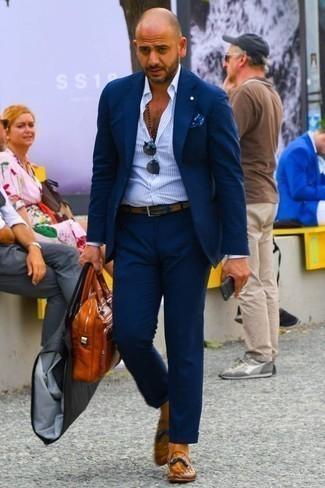 Combinar un pañuelo de bolsillo estampado azul: Empareja un traje azul marino junto a un pañuelo de bolsillo estampado azul para una vestimenta cómoda que queda muy bien junta. Dale un toque de elegancia a tu atuendo con un par de mocasín con borlas de cuero en tabaco.