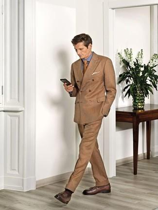 Combinar unos calcetines en marrón oscuro: Usa un traje marrón claro y unos calcetines en marrón oscuro para una apariencia fácil de vestir para todos los días. Con el calzado, sé más clásico y opta por un par de mocasín con borlas de cuero marrón.