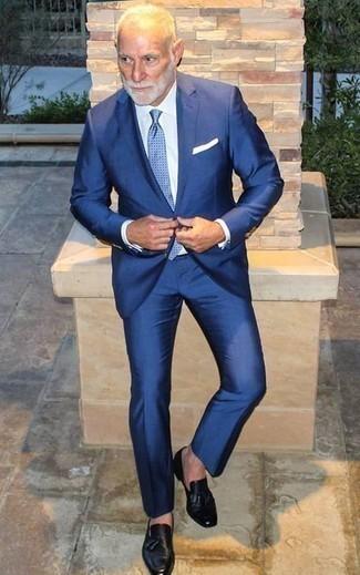 Moda para hombres de 60 años: Algo tan simple como optar por un traje azul y una camisa de vestir blanca puede distinguirte de la multitud. ¿Quieres elegir un zapato informal? Elige un par de mocasín con borlas de cuero negro para el día.