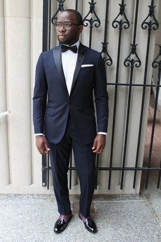 Combinar una camisa en verano 2020: Elige una camisa y un traje azul marino para un perfil clásico y refinado. ¿Te sientes valiente? Complementa tu atuendo con mocasín con borlas de cuero negro. Es una elección perfecta para tus jornadas de verano.