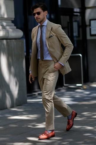 Combinar una camisa de vestir con un mocasín con borlas: Elige una camisa de vestir y un traje marrón claro para una apariencia clásica y elegante. ¿Quieres elegir un zapato informal? Elige un par de mocasín con borlas para el día.