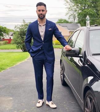 Combinar unos calcetines azules: Para un atuendo que esté lleno de caracter y personalidad haz de un traje azul marino y unos calcetines azules tu atuendo. Con el calzado, sé más clásico y complementa tu atuendo con mocasín con borlas de cuero blanco.
