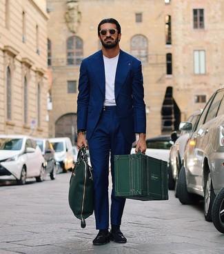 Cómo combinar: bolsa tote de cuero verde oscuro, mocasín con borlas de ante negro, camiseta con cuello circular blanca, traje azul marino