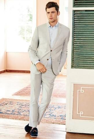 Outfits hombres: Empareja un traje en beige con una camisa de vestir celeste para un perfil clásico y refinado. ¿Quieres elegir un zapato informal? Elige un par de mocasín con borlas de ante azul marino para el día.