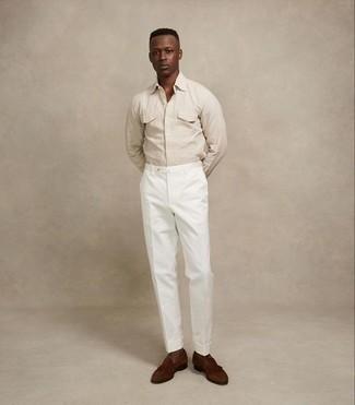 Combinar una camisa de manga larga en beige: Utiliza una camisa de manga larga en beige y un pantalón chino blanco para una vestimenta cómoda que queda muy bien junta. Con el calzado, sé más clásico y elige un par de mocasín con borlas de ante marrón.