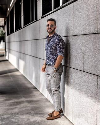 Cómo combinar: mocasín con borlas de ante marrón, pantalón chino de tartán gris, camisa de manga larga con print de flores azul marino
