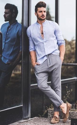 Combinar una camisa en clima caliente: Haz de una camisa y un pantalón chino gris tu atuendo para una apariencia fácil de vestir para todos los días. ¿Te sientes valiente? Usa un par de mocasín con borlas de ante marrón.
