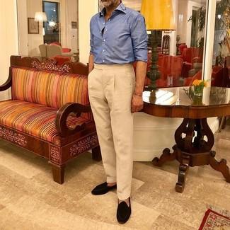 Combinar un mocasín con borlas de ante negro: Empareja una camisa de manga larga azul junto a un pantalón de vestir en beige para rebosar clase y sofisticación. Mocasín con borlas de ante negro son una opción excelente para complementar tu atuendo.