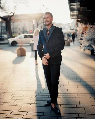 Cómo combinar: mocasín con borlas de cuero negro, camisa de manga larga con print de flores azul marino, traje de terciopelo azul marino