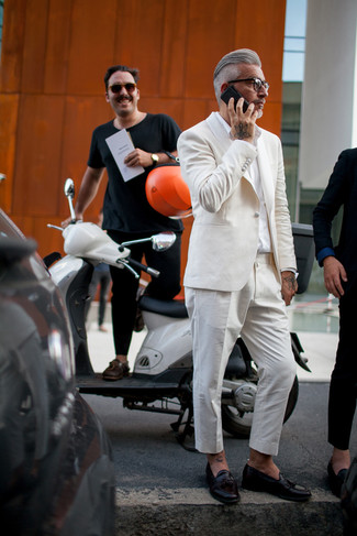 Cómo combinar: mocasín con borlas de cuero negro, camisa de vestir blanca, traje en beige