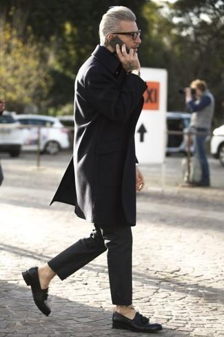 Cómo combinar: mocasín con borlas de cuero negro, pantalón chino negro, abrigo largo negro