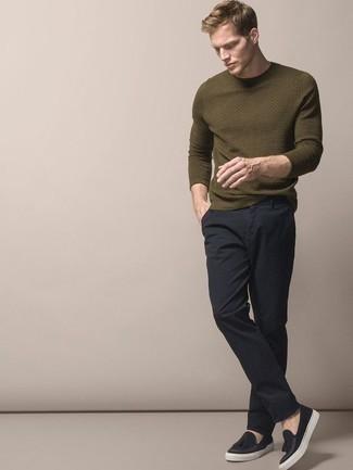 Combinar un jersey con cuello circular verde oliva: Considera ponerse un jersey con cuello circular verde oliva y un pantalón chino azul marino para cualquier sorpresa que haya en el día. ¿Te sientes valiente? Opta por un par de mocasín con borlas de lona negro.