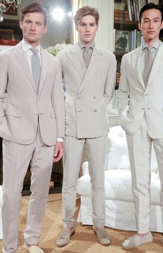 Cómo combinar: corbata en beige, mocasín con borlas de ante en beige, camisa de vestir en beige, traje en beige