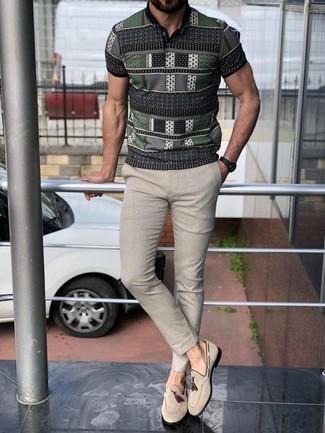 Un mocasín con borlas de vestir con un pantalón chino en beige: Considera ponerse una camisa polo estampada gris y un pantalón chino en beige para una vestimenta cómoda que queda muy bien junta. Con el calzado, sé más clásico y elige un par de mocasín con borlas.