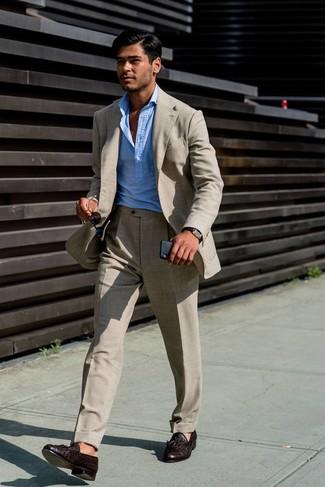 Cómo combinar: reloj de cuero en marrón oscuro, mocasín con borlas de cuero en marrón oscuro, camisa de manga larga celeste, traje de lino en beige