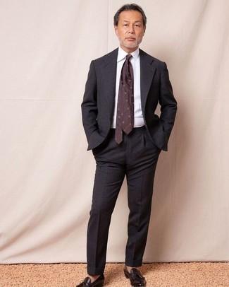 Combinar una corbata estampada burdeos: Emparejar un traje en gris oscuro con una corbata estampada burdeos es una opción excelente para una apariencia clásica y refinada. Mocasín con borlas de cuero en marrón oscuro darán un toque desenfadado al conjunto.