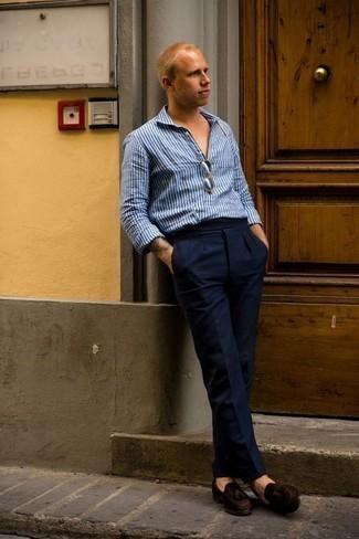Combinar un mocasín con borlas de ante en marrón oscuro: Elige una camisa de manga larga de rayas verticales azul y un pantalón de vestir azul marino para un perfil clásico y refinado. Con el calzado, sé más clásico y usa un par de mocasín con borlas de ante en marrón oscuro.