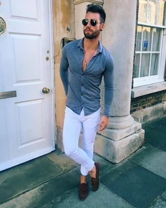 Cómo combinar: gafas de sol negras, mocasín con borlas de ante en marrón oscuro, vaqueros pitillo blancos, camisa de manga larga azul marino
