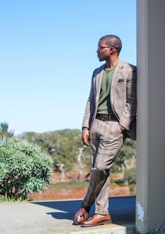 Cómo combinar: pañuelo de bolsillo estampado azul marino, mocasín con borlas de cuero marrón, jersey con cuello circular verde oliva, traje de tartán gris