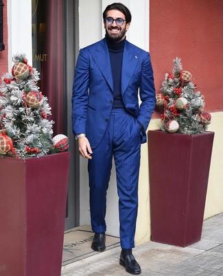 Cómo combinar: gafas de sol azules, mocasín con borlas de cuero negro, jersey de cuello alto de punto azul marino, traje de rayas verticales azul