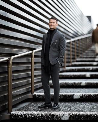 Cómo combinar: bufanda negra, mocasín con borlas de cuero negro, jersey de cuello alto negro, traje en gris oscuro