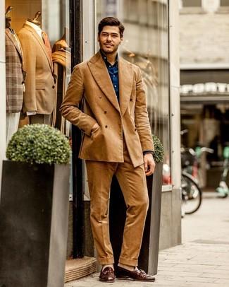 Cómo combinar: calcetines en beige, mocasín con borlas de cuero marrón, camisa de manga larga azul marino, traje de pana marrón claro
