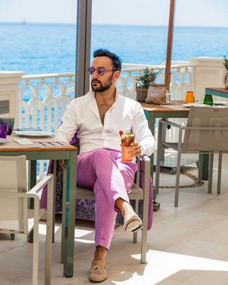 Cómo combinar: gafas de sol rosadas, mocasín con borlas de ante marrón claro, camisa de manga larga blanca, traje rosa