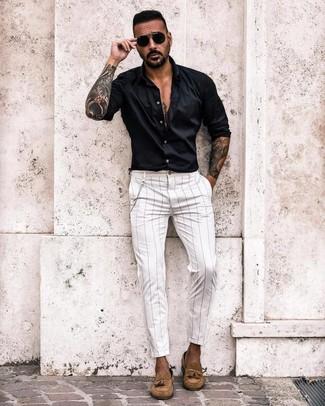 Cómo combinar: gafas de sol negras, mocasín con borlas de ante marrón claro, pantalón chino de rayas verticales blanco, camisa de manga larga negra