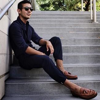 Cómo combinar: gafas de sol negras, mocasín con borlas de cuero marrón, pantalón chino azul marino, camisa de manga larga azul marino