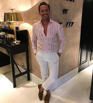 Cómo combinar: reloj dorado, mocasín con borlas de ante marrón, pantalón chino blanco, camisa de vestir de rayas verticales rosada