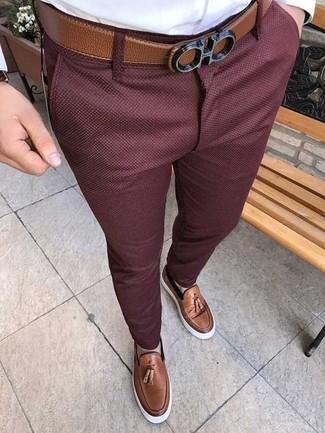 Cómo combinar: correa de cuero marrón, mocasín con borlas de cuero marrón, pantalón chino burdeos, camisa de vestir blanca